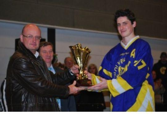 Voorzitter Nuchelmans geeft de BILHL CUP